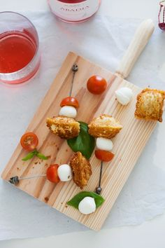 raviolis fritos en brocheta caprese / fried raviolis caprese skewer