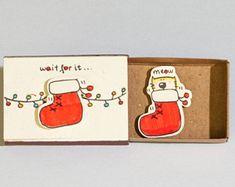 Lustige Weihnachten Matchbox / Weihnachtssocken Karten Christbaumschmuck / rote Socke / Urlaub Neujahrskarte / warten auf sie... Miau / CM043