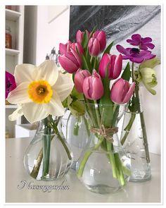 Simple And Lovely Diy Tulip Arrangement Ideas 29 – Flowers Desing Ideas Cascading Flowers, Simple Flowers, Pretty Flowers, Flower Centerpieces, Wedding Centerpieces, Floral Bedroom Decor, Simple Wedding Bouquets, Wedding Flowers, Table Flowers
