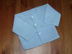 Tuto : le gilet bleu pour bébé - Made in breizh - Baby Knitting Patterns, Knitting For Kids, Baby Patterns, Free Knitting, Blue Vests, Baby Cardigan, Cardigan Bleu, Couture, Baby Sweaters