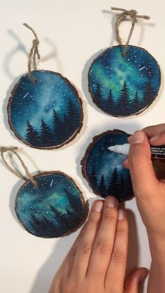 Christmas Projects, Holiday Crafts, Christmas Crafts, Painted Christmas Ornaments, Holiday Ideas, Xmas, Watercolor Galaxy, Wreath Watercolor, Resin Crafts