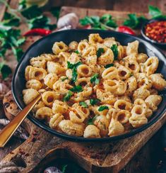 This vegan mac and cheese is a healthy, delicious and creamy dairy-free 'cheese sauce' mainly based on potatoes - it's also suitable for gratinating ; Mac And Cheese Sauce, Vegan Cheese Sauce, Vegan Mac And Cheese, Cashew Cheese, Veg Recipes, Vegetarian Recipes, Recipies, Vegan Meals, Summer Recipes