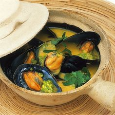 The coconut sauce in which the mussels swim is so delicious that you should definitely have enough bread to soak up. The coconut sauce in which the mussels swim is so delicious that you should definitely have enough bread to soak up. Fish Recipes Healthy Tilapia, Shrimp Recipes, Easy Healthy Recipes, Sauce Recipes, Meat Recipes, Chicken Recipes, Cooking Recipes, Chicken Appetizers, Seafood Appetizers