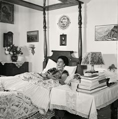 In German-born French photographer Gisèle Freund spent two years documenting Frida Kahlo and husband Diego Rivera in La Casa Azul. Diego Rivera, Frida E Diego, Frida Art, Popular Art, Arte Popular, Rare Images, Rare Photos, Vintage Photographs, Fridah Kahlo