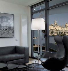 Leila, una lámpara de pie, con pantalla de tela y cromo en reborde. También en versiones de techo y pared.