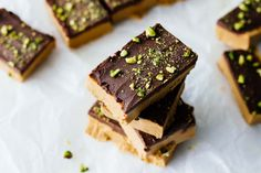 These delicious Homemade Peanut Butter Protein Bars are healthy vegan gluten-free and refined sugar free! High Protein Snacks, Protein Bar Recipes, Snack Recipes, Dessert Recipes, Free Recipes, Tart Recipes, Peanut Butter Protein Bars, Best Protein Bars, Homemade Peanut Butter