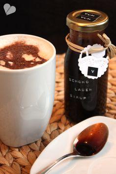 Rezept für Schoko-Sirup als Geschenk für Schlemmerer: 1 Tasse Zucker , 1 Tasse Kakao, 2 Tassen Wasser, 2 Teelöffel Vanille-Extrakt oder 1 Päckchen Vanillezucker  (by dreierlei-liebelei.blogspot.de)