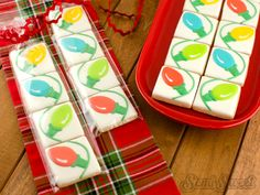 Christmas light cookies that actually look connected! Easy tutorial by Semi Sweet Designs