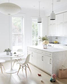 35 all-white room ideas. Discover photos of living rooms, bedrooms, kitchens, and bathrooms decorated in all white decor. Find monochrome white rooms that will inspire your own decor. Kitchen Interior, New Kitchen, Kitchen Decor, Kitchen Modern, Kitchen Chairs, Brooklyn Kitchen, Kitchen Storage, Minimal Kitchen, Kitchen Dining