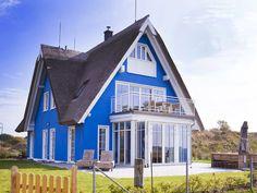 """Ferienwohnung im Haus """"Mönblick"""" in Dranske auf Rügen. Das Ferienhaus ist ruhig gelegen am Rand des alten Ortes Lancken. Mieten Sie direkt beim Vermieter. Style At Home, Cabin, House Styles, Home Decor, Places, Pets, Pet Dogs, Smoking, Wi Fi"""