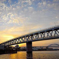【amatou___kawauchi】さんのInstagramをピンしています。 《_ おはようございます😃本日は六甲アイランド10キロマラソン頑張りま〜す😁まだ3日前の山登りの筋肉痛で脚はバキバキですが😅 #イマソラ#朝日#朝焼け#海#太陽#空#雲#神戸#日の出#橋#now#kobe#japan#sunrise#sun#sea#sky#cloud#clouds#bridges#bridges#ocean#marine》