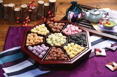다식(dasik) / Tea Confectionery  Sumptuous treats made with pine pollen or mung bean flour, and served with tea.