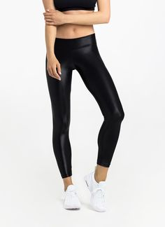 The Long Shiny Leggings sport a shiny finish that'll keep you motivated and energised. The thick waistband offers extra core support. Features a wide dual-layer waistband designed to enhance support around the lower abs and hips.