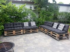Hmm love this! Easy/cheap option but does the wood rot from rain) Onze zelfgemaakte pallet loungebank Pallet Lounge, Outdoor Lounge, Outdoor Seating, Outdoor Spaces, Outdoor Living, Diy Outdoor Furniture, Pallet Furniture, Garden Furniture, Outdoor Decor