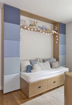 Quarto de bebê - Decoração moderninha - branco azul cinza e madeira clara - cama ( Projeto: Triplex Arquitetura )