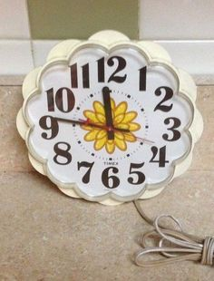 vintage 60's 70's Timex flower wall clock yellow daisy works!