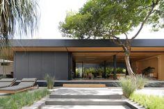 Syshaus: apresenta o sistema pré-fabricado modular Syshaus que tornou possível erguer a casa em menos de um mês, quase sem resíduos ou uso de água.