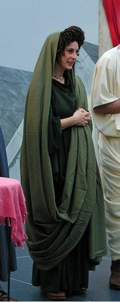 Ancient Roman Matron in pine-green palla and toga Roman Toga, Roman Dress, Historical Costume, Historical Clothing, Ancient Roman Clothing, Rome Costume, Ancient Rome, Ancient Greece, Roman Hair
