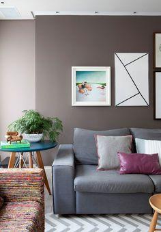 Decoração, decoração de apartamento, apartamento, apartamento colorido, parede cinza, cinza, luz natural, tapete, ambiente integrado, sofá cinza, fotografias, obra de arte, plantas, plantas na decoração.