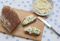 domácí cottage sýr a syrovátka — spolu u stolu
