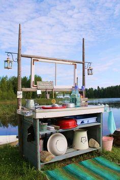 mökki,ranta,tiskipöytä,kesäkeittiö,emalivati,tee itse,keittiö,matto,sanko,pesuvati,kesä,järvi,lyhty,ikkunanpoka,heinäseiväs,lasipurkki,karhupurkki