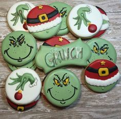 Chocolate biscuits with caramel fondant heart - HQ Recipes Grinch Cookies, Christmas Sugar Cookies, Holiday Cookies, Grinch Cake, Grinch Party, Fancy Cookies, Iced Cookies, Royal Icing Cookies, Grinch Christmas