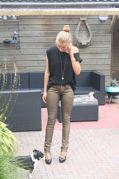 keep it simple teamed with black to let your gold jeans do the talking! Metallic Jeans, Gold Jeans, Jean Outfits, Jeans Pants, Style Guides, Black Pants, Outfit Of The Day, Louis Vuitton, Style Inspiration