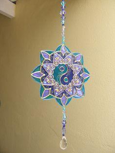 Mandala em PVC Pintura vitral, o mesmo efeito mágico do vidro, mas com leveza, e com a vantagem de não quebrar;  Ideal para qualquer ambiente, enfeita com alegria e harmonia! R$ 25,00