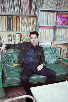 Bildresultat för brendon urie touching his hair gif Brendon Urie, Groupes Punk Pop, Emo Bands, Music Bands, Dm Foto, Medium Scene Hair, Hair Medium, The Wombats, Dallon Weekes