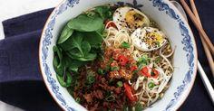 Spicy sesame pork ramen - Jennie Walldéns goda nudelsoppa med fläskfärs, sesam, ägg och böngroddar.