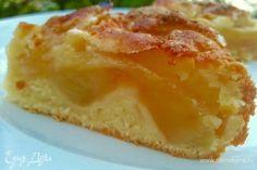 Я бы назвала его пирог — мало теста, много яблок. Я люблю пироги где много фруктов и мало теста, это как раз тот самый вариант. За один присест с чаем пирог исчез, поэтому какой он на второй день я не в курсе, извините :)