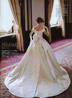 もっとお洒落に!もっと可愛く!進化するバックスタイル Fancy Wedding Dresses, Perfect Wedding Dress, Wedding Dress Styles, Wedding Gowns, Prom Dresses, Beautiful Gowns, Beautiful Bride, Rainbow Wedding, Vintage Bridal
