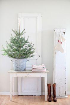 大きなモミの木を飾るというのは、個人宅では無理なもの。  でも小さなツリーなら出来るはず。こんな風に飾るだけで、気分はクリスマス。ぶら下げた、リネンの靴下も洒落ています。
