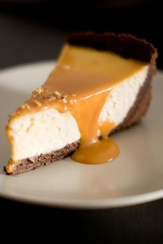 Vanilla, Chocolate & Caramel Salted Butter Cheesecake - Lilie Bakery - A chocolate biscuit base, a vanilla cheesecake and a small homemade salted butter caramel sauce. Cheesecake Vanille, Caramel Cheesecake, Cheesecake Brownies, Lemon Cheesecake, Cheesecake Recipes, Sopapilla Cheesecake, Chocolate Cheesecake, Great Desserts, Dessert Recipes
