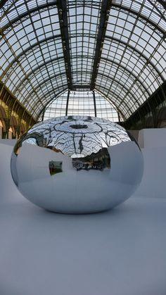 """Sans titre, Silence is Sexy, 2004-2009,  Structure gonflable refletante, soufflerie avec temporisation - """"La Force de l'Art 02"""", Grand Palais, Paris 2009"""