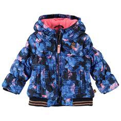 Warme Babyface winterjas met vaste capuchon voor meisjes in de kleur blauw. Deze leuke jas, uit de Babyface winter collectie, is gemaakt van 100% polyester en houd jouw kind heerlijk warm. De winterjas is verkrijgbaar in de maten 68 t/m 104 en sluit met een ritssluiting. Op de voorkant twee paspelzakken en links boven een kleine geborduurde print. De binnenkant is gevoerd met zachte fleece en de jas heeft een polyester vulling.