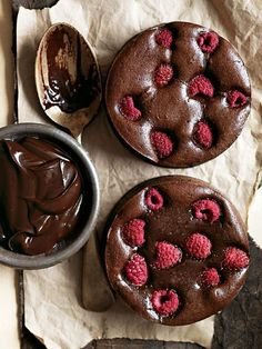 rich, dark chocolate and raspberry brownie tarts are the perfect dessert for that special occasion. Beaux Desserts, Just Desserts, Delicious Desserts, Dessert Recipes, Yummy Food, Mini Desserts, Delicious Chocolate, Drink Recipes, Salad Recipes
