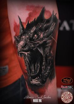 Anyone who love the Hobbit Trilogy will definitely love the Portrait of Smaug Tattoo on Arm by Thomas Carli Jarlier. Smaug Tattoo, Hobbit Tattoo, Demon Tattoo, Ring Tattoos, Body Art Tattoos, Tribal Tattoos, Sleeve Tattoos, Cool Tattoos, Tattoo Pics