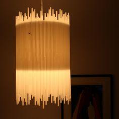 Luminária: canudinhos brancos são colados ao redor da estrutura da luminária.