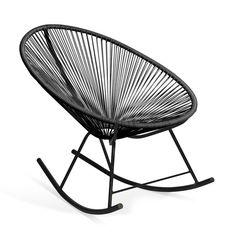 Inspiriert vom Stuhl Acapulco. Schaukelstuhl mit gewölbten Füßen. Metallstruktur aus schwarz lackiertem Stahl. Plastiknetz aus Polyäthylen-Fäden. Verfügbar in Schwarz. Der Schaukelstuhl MEXICO ist vom berühmten Stuhl Acapulco inspiriert, weist aber einen Zusatztouch an Komfort auf. Die gewölbten Füße verwandelt ihn in einen Schaukelstuhl, der er uns ermöglicht, eine sehr entspannende, weiche und linienförmige Bewegung zu genießen. Die Plastikfäden bilden ein frische...