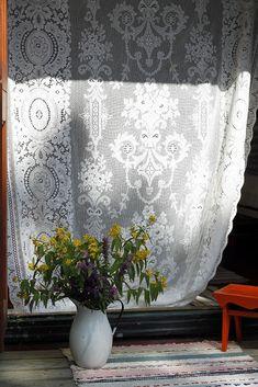 Vanhasta pitsiverhosta syntyi kesäinen hyttysverkko aitan oveen. Curtains, Shower, Bathroom, Prints, Diy, Rain Shower Heads, Washroom, Blinds, Bricolage