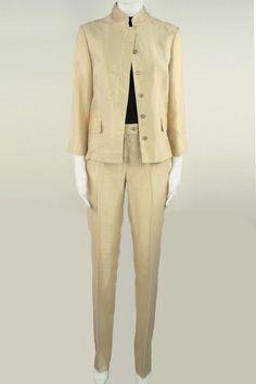 Completo donna sportivo giacca due bottoni , due tasche e taschino , pantaloni sportivi cinque tasche bianco con profili oro e marchio sul taschino sempre oro. Disponibile solo nel colore bianco Les Copains