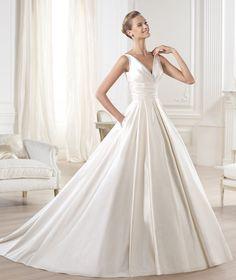 Robe de mariée. Modèle Ocumo. Collection Glamour 2015. Pronovias 2015. Décolleté en V. Mariée romant