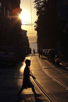 Istanbul sunset   Yunus Dolen (sokak aralarında denize bakarak yürümektir)