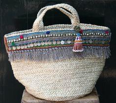 Mand met rand by KussenvanPaula on Etsy My Bags, Purses And Bags, Tshirt Garn, Diy Sac, Ethnic Bag, Boho Bags, Unique Bags, Basket Bag, Summer Bags