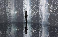 Odani Motohiko Inferno - Une femme regarde l'Inferno, une création de l'artiste Odani Motohiko, au musée d'art mori de Tokyo. Inferno est une oeuvre vidéo composée de huit écrans dans une pièce octogonale. Le sol et le plafond de la salle ont également un effet miroir.