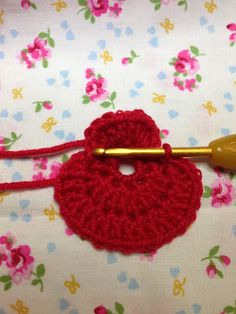 It is that time of year again when we start to see poppies everywhere, in commemoration of Armistice Day. Armistice Day also known as Rem. Crochet Poppy Free Pattern, Crochet Flower Tutorial, Crochet Patterns Amigurumi, Knitting Patterns, Crochet Crafts, Crochet Projects, Easy Crochet, Crochet Ideas, Poppy Wreath
