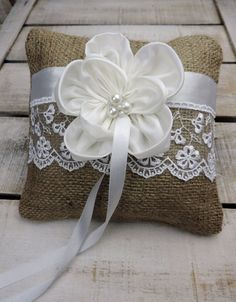 Seide Blume Sackleinen Ring Bearer Kissen von MelindaWeddingDesign, $25.00