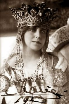 Queen Marie of Romania. Born Princess of Great Britain, and Queen Victoria's granddaughter, she might have been queen of England. Royal Crowns, Tiaras And Crowns, Royal Tiaras, Queen Mary, King Queen, Romanian Royal Family, Romanian Girls, Queen Of England, Royal Jewelry