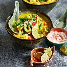 Kokossoep met noedels en kip Nigella, Fodmap, Wok, Lunches, Thai Red Curry, Stew, Noodles, Healthy Recipes, Dinner